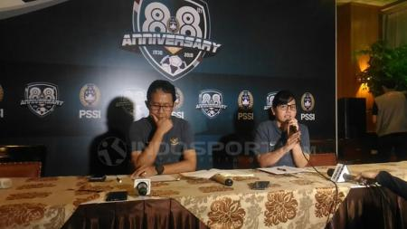 Joko Driyono dan Ratu Tisha dalam jumpa pers. - INDOSPORT