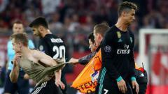Indosport - Suporter yang masuk lapangan di laga Munchen vs Madrid.