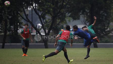 Andritany meninju bola di sesi latihan Timnas U-23.