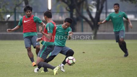 Evan Dimas tengah mengontrol bola di sesi latihan.