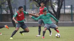 Indosport - Egy Maulana Vikri mencoba mempertahankan bola.