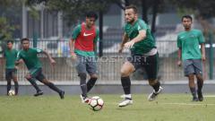 Indosport - Hanif Sjahbandi (kiri) latihan bersama skuat timnas U-23.