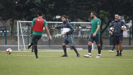 Luis Milla memberikan instruksi di sesi latihan Timnas U-23.