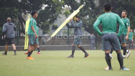 Luis Milla membawa alat latihan.