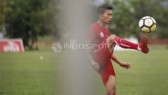 Indosport - Ismed Sofyan mengontrol bola. Herry Ibrahim.