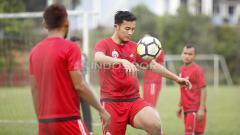 Indosport - Gunawan Dwi Cahyo melakukan jugling bola. Herry Ibrahim