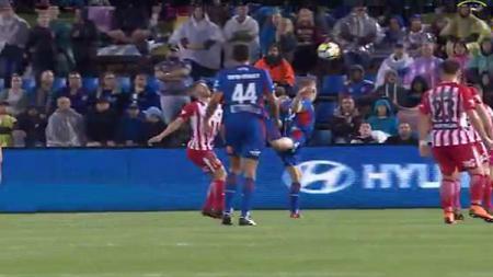 Riley McGree menciptakan gol lewat scorpion kick yang bisa saja diganjat penghargaan FIFA Puskas Award. - INDOSPORT
