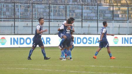 Selebrasi para pemain Arema FC usai cetak gol. - INDOSPORT