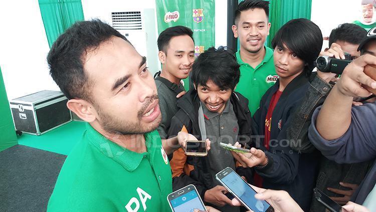 Ponaryo Astaman saat memberikan komentar kepada awak media. Copyright: Wira Wahyu Utama/INDOSPORT