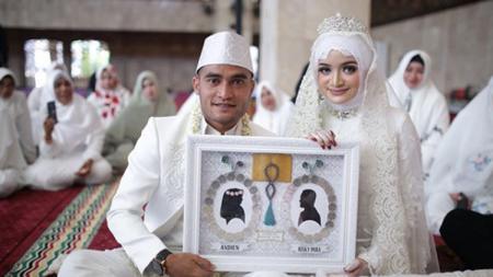 Rizky Pora dan istrinya Andienydwi setelah resmi jadi suami istri. - INDOSPORT