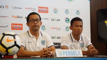 Aji santoso dan Eky Taufik di konferensi pers pertandingan Persela vs PSMS Medan. - INDOSPORT
