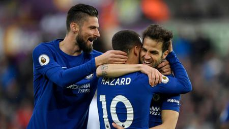 Olivier Giroud bersama Hazard merayakan gol yang dicetak oleh Cesc Fabregas ke gawang Swansea. - INDOSPORT