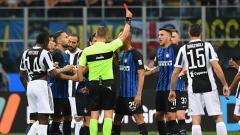 Indosport - Pemain Inter Milan. Metias Vecino diganjar kartu merah saat laga melawan Juventus.