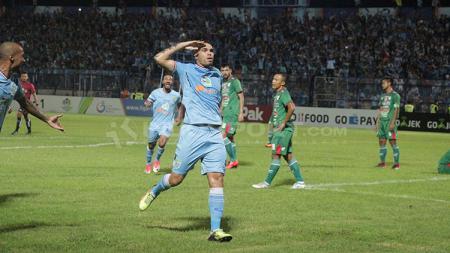 Aksi selebrasi Wallace Costa usai cetak gol ke gawang PSMS Medan. - INDOSPORT