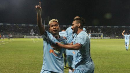 Mohammad Fahmi Al-Ayyubi (kiri) merayakan gol bersama rekan satu timnya saat masih memperkuat Persela Lamongan. - INDOSPORT
