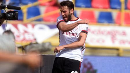 Gelandang AC Milan, Hakan Calhanoglu, mendapatkan kabar baik setelah dihubungi langsung oleh Ralf Rangnick yang menjanjikan tempat utama untuknya musim depan. - INDOSPORT