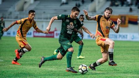 Robertino Pugliara melewati dua pemain Mitra Kukar. - INDOSPORT