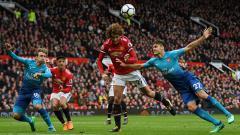 Indosport - Bola hasil sundulan Fellaini yang sukses menembus gawang Arsenal sekaligus menghadiahkan Man United kemenangan.