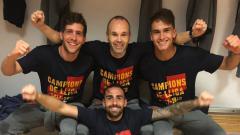 Indosport - Para pemain Barcelona menggunakan kaos perayaan gelar La Liga Spanyol 2017/18