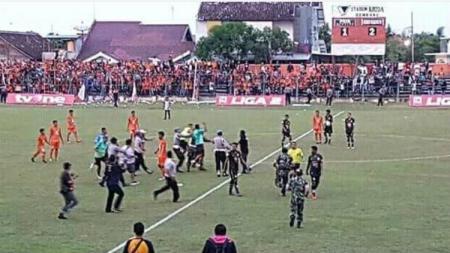 Kerusuhan suporter di laga PSIR Rembang vs Semen Padang Liga 2. - INDOSPORT