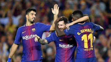 Luis Suarez dan Ousmane Dembele ketika merayakan gol bersama Lionel Messi. - INDOSPORT