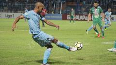 Indosport - Loris Arnaud saat menendang bola ke arah gawang PSMS Medan.