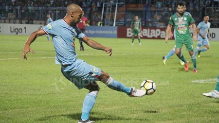 Loris Arnaud saat menendang bola ke arah gawang PSMS Medan. - INDOSPORT