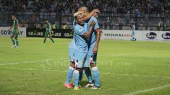 Indosport - Mohammad Fahmi Al-Ayyubi dan Loris Arnaud merayakan gol.