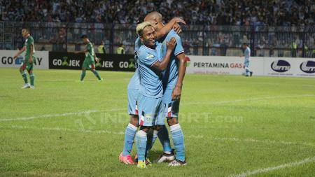 Mohammad Fahmi Al-Ayyubi dan Loris Arnaud merayakan gol. - INDOSPORT