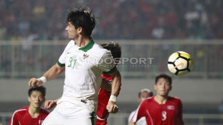 Duel udara pemain Indonesia, Gavin Kwan dengan pemain Korea Utara. - INDOSPORT