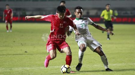 Duel antara Osvaldo Haay dengan pemain Korea Utara. - INDOSPORT