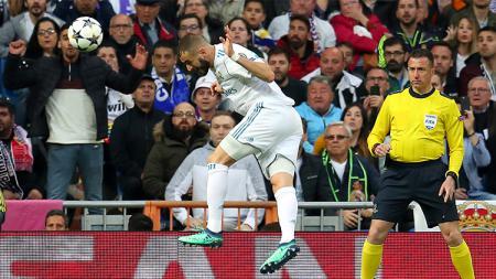 Benzema saat menanduk bola - INDOSPORT