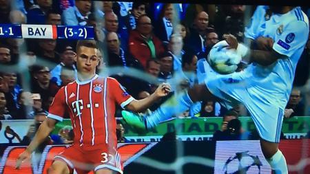 Marcelo melakukan Handball. - INDOSPORT