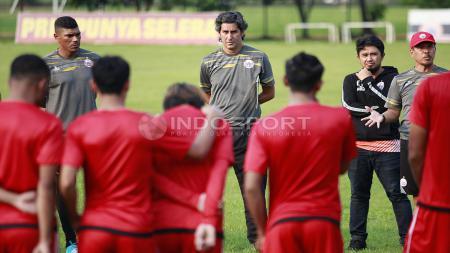 Arahan para tim pelatih Persija Jakarta kepada para pemain sebelum melakukam latihan. Herry Ibrahim - INDOSPORT