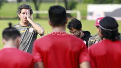 Indosport - Ekspresi pelatih Persija Jakarta, Stefano Cugurra Teco (kiri) saat memberi arahan kepada para pemainnya. Herry Ibrahim