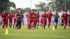Indosport - Skuat Persija melakukan joging keliling lapangan. Herry Ibrahim