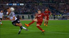 Indosport - Trent Alexander-Arnold melakukan handball.