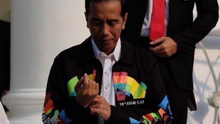 Jokowi memakai jaket Asian Games 2018 - INDOSPORT