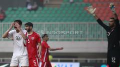 Indosport - Kekecewaan pemain Korea Utara, So Jong Hyok (kiri) usai gagal mencetak gol ke gawang Bahrain. Herry Ibrahim