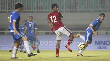 Striker Timnas Indonesia, Lerby gagal memanfaatkan peluang di depan gawang Uzbekistan. - INDOSPORT