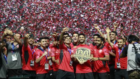 Para pemain Bahrain mengangkat trofi juara Anniversary Cup 2018. Herry Ibrahim