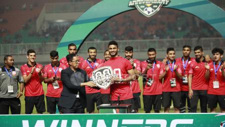 Penyerahan trofi juara Anniversary Cup 2018 kepada Bahrain yang diserahkan oleh Joko Driyono. Herry Ibrahim