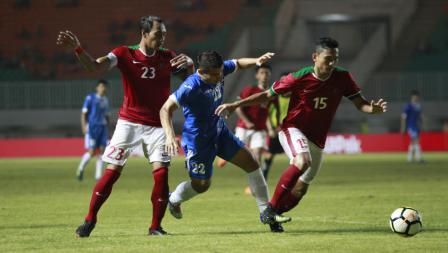 Pemain Uzbekitan, Kodirkulov Sanjar dijaga ketat dua pemain Indonesia Hansamu Yama dan Ricky Fajrin. Herry Ibrahim