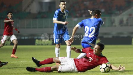 Ricky Fajrin dijatuhkan oleh pemain Uzbekistan. Herry Ibrahim
