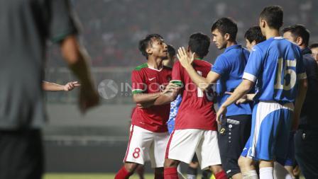 Emosi Muhammad Hargianto yang bersitegang dengan pemain Uzbekistan, Kodirkulov Sanjar. Herry Ibrahim