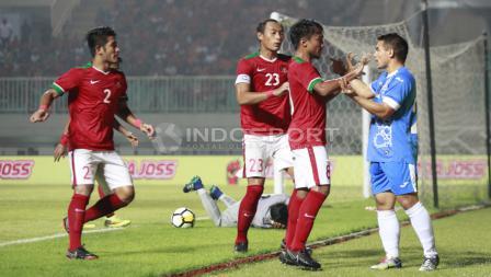 Muhammad Hargianto menghampiri pemain Uzbekistan Kodirkulov Sanjar usai melakukan tindakan tidak sportif kepada kipet Awan Seto. Herry Ibrahim