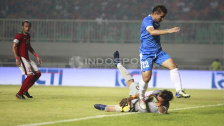 Kiper Awan Seto berhasil menghalau serangan dari pemain Uzbekistan, Kodirkulov Sanjar. Herry Ibrahim