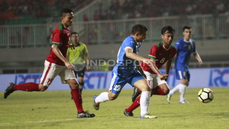 Aksi pemain Uzbekitan dijaga ketat oleh Hargianto. Herry Ibrahim
