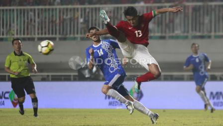 Aksi Febri Hariyadi menghalau bola. Herry Ibrahim