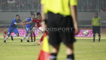 Eksekusi tendangan penalti yang gagal dilakukan Septian David Maulana. Herry Ibrahim